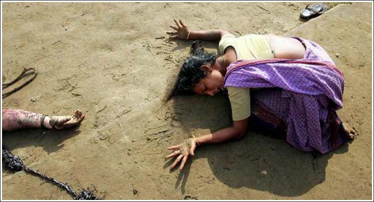 India / Mor sørger ved sin døde sønn etter Tsunamien